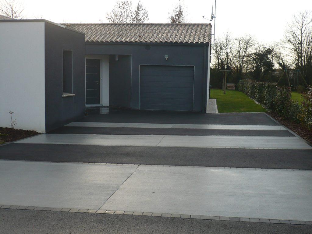 Alternance enrobe et beton balaye bande de paves granit noir