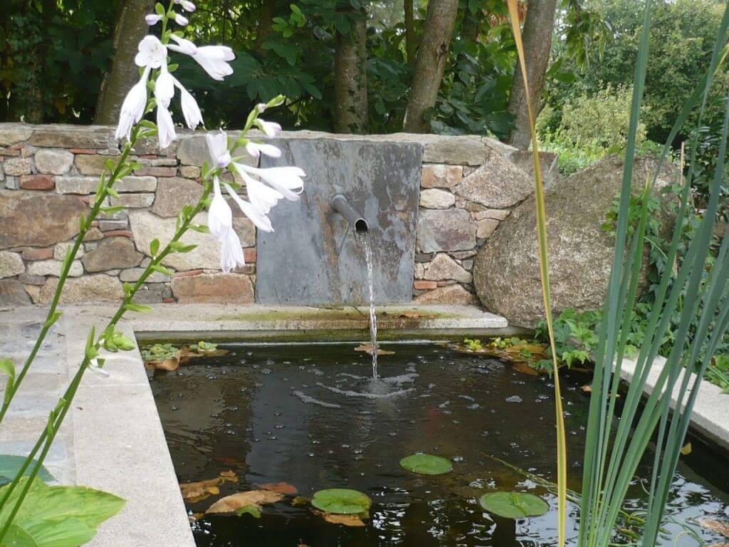 Bassin et ajutage metal dans muret pierre