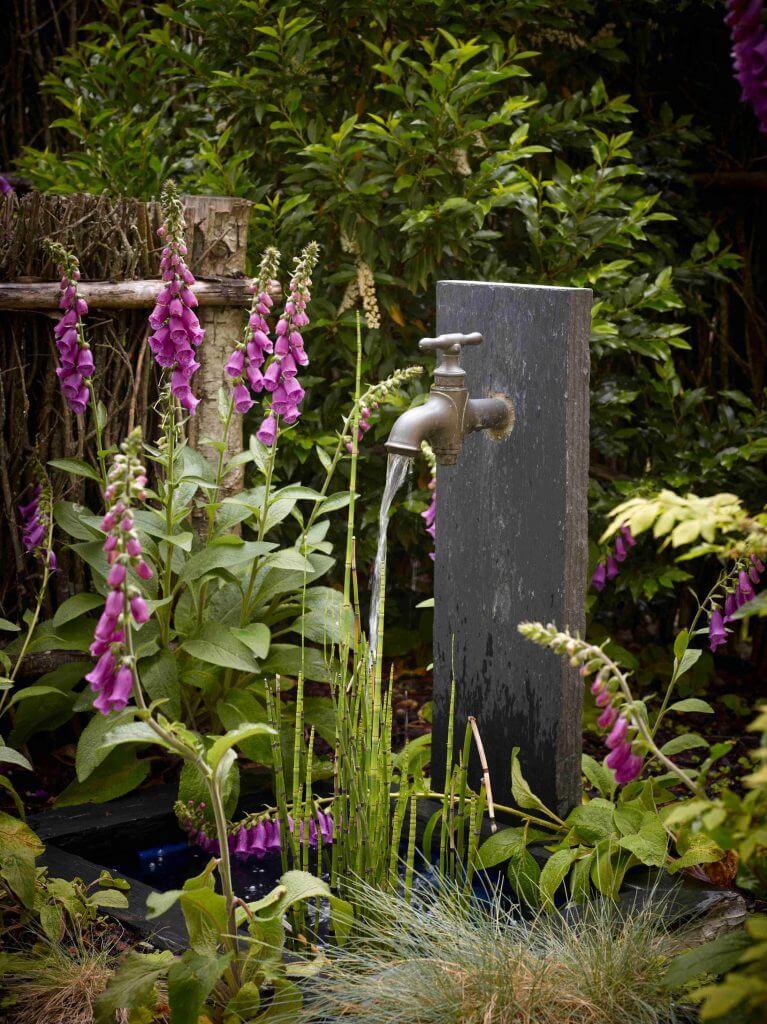 Bassin et fontaine robinet avec palis de pierre