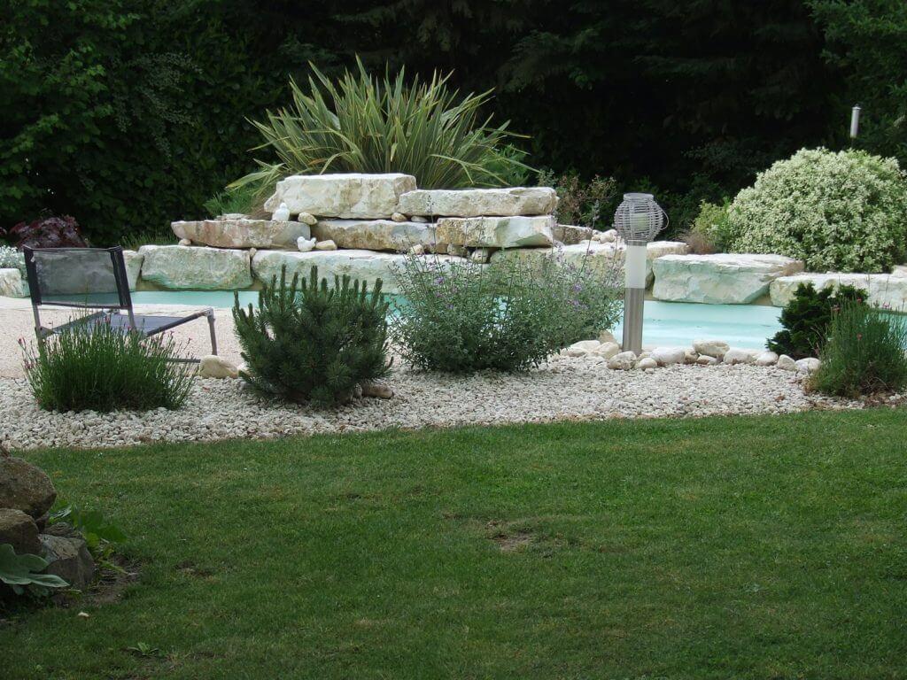 integration piscine et blocs rocheux