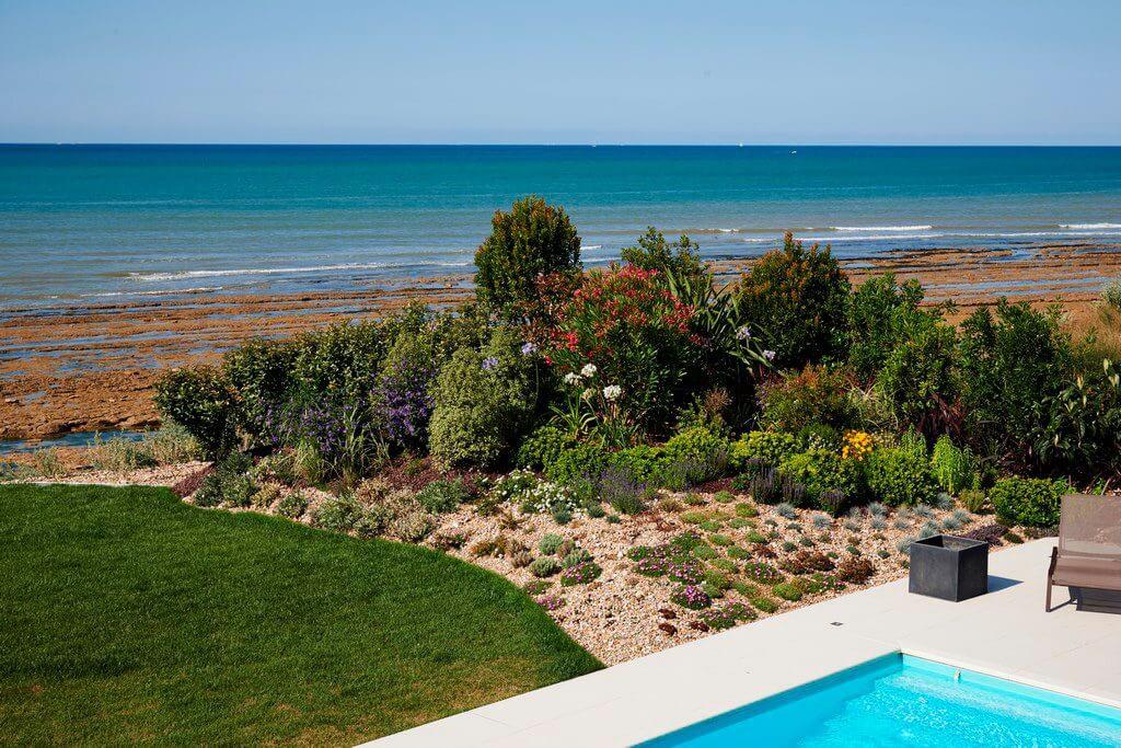 piscine en bord de mer et plantations