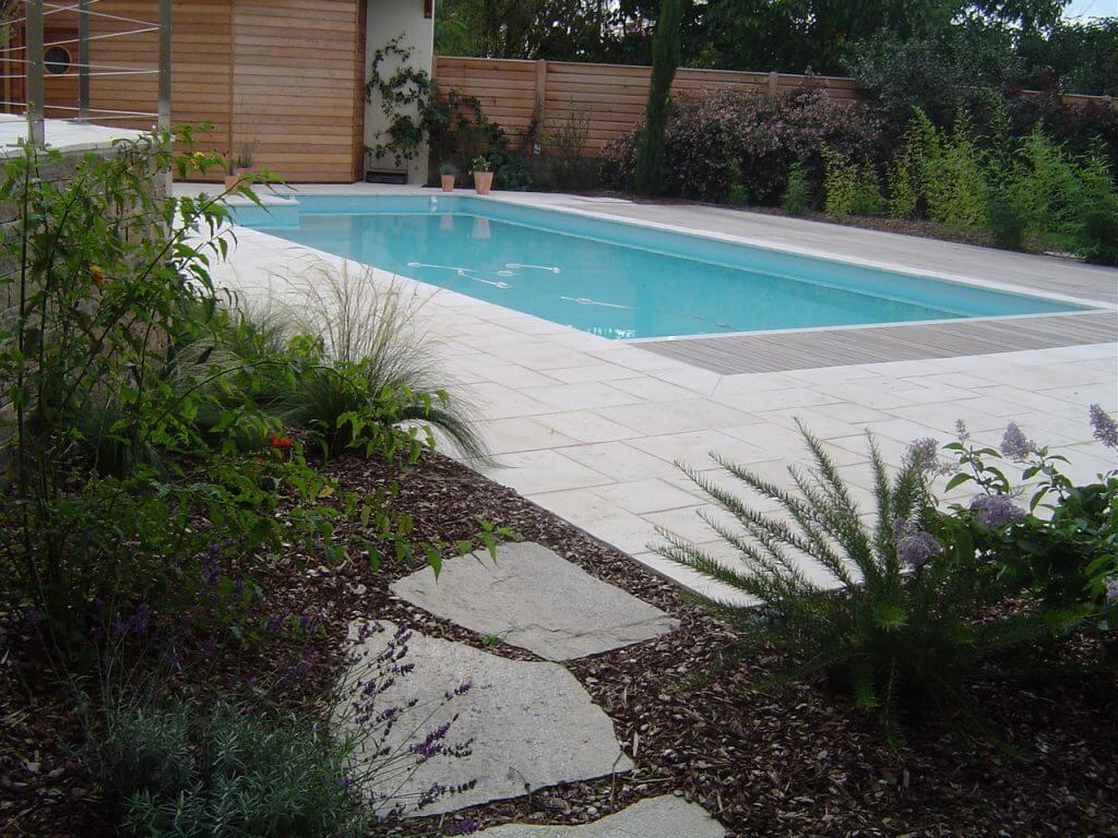 piscine et margelles pierres et terrasse-bois